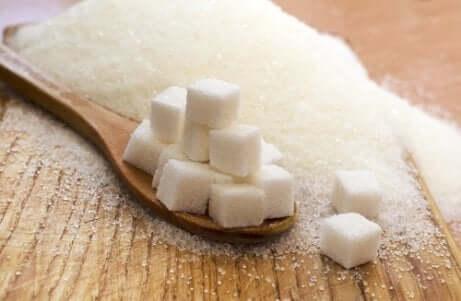 Des morceaux de sucre.
