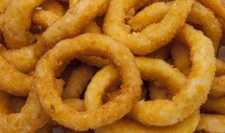 Des rondelles d'oignons frites qui sortent du four
