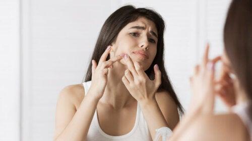 9 causes possibles des points noirs sur le visage