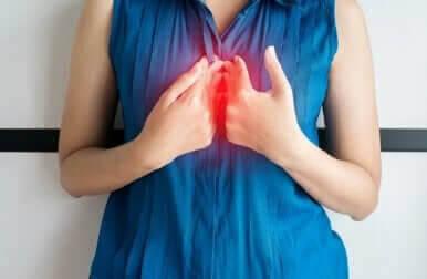 Une femme avec un reflux acide.