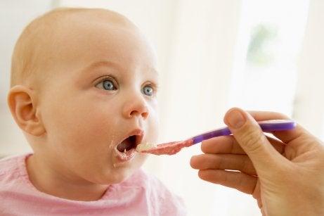 Votre bébé pleure après les repas ? Cela peut être dû à des allergies alimentaires