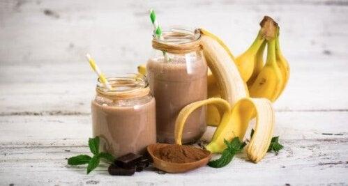 Deux verres du smoothie banane-avoine-cacao