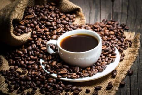 Une tasse de café.