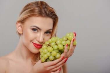 Parmi les traitements au raisin pour prendre soin de la peau figurent les masques.