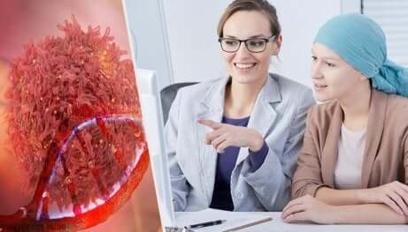 Une patiente chez son médecin pour traiter les symptômes du cancer de l'ovaire.