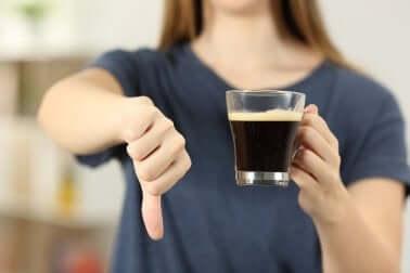 Une femme qui dit non au café.
