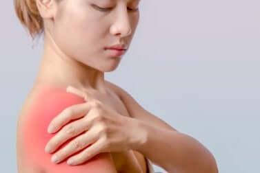 Une femme qui a une tendinite à l'épaule.