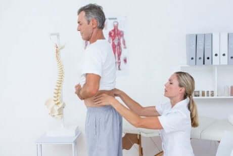 Examen du dos chez une spécialiste.
