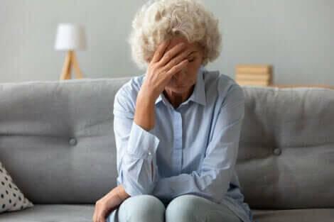 Une femme âgée ressentant les symptômes du cancer de l'ovaire.