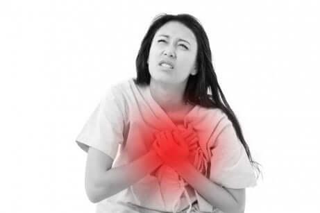 Une femme qui a mal au coeur.