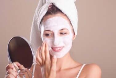 Exfolier la peau permet de la préserver pendant la ménopause.