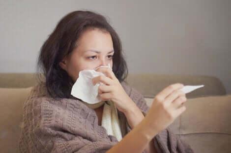 Une femme malade avec de la fièvre.