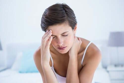 Une femme avec une migraine.