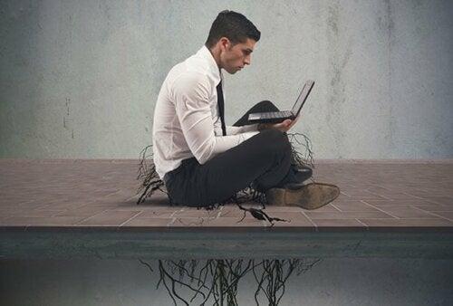 Un homme dépendant à internet.