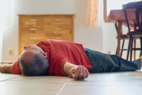 Un homme allongé par terre qui s'est évanouit suite à une intoxication au monoxyde de carbone.