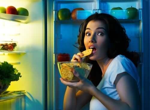 Une femme qui mange trop de sucre.
