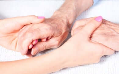 Quatre mains qui se touchent.