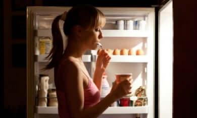 Une femme souffrant de diabète de type 2 qui prend une collation nocturne.