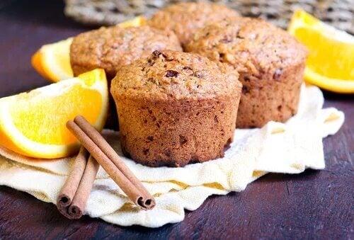 Les muffins à l'orange se marient parfaitement avec d'autres ingrédients, comme la cannelle.