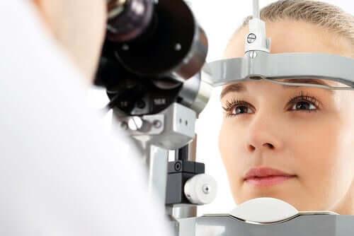 Un examen des nævus oculaires.