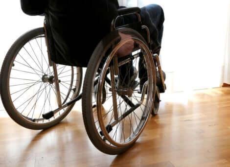 Une personne dans un fauteuil roulant.