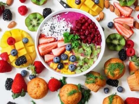 Un assortiment de fruits pour une alimentation infantile saine.