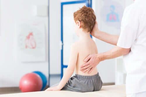 La scoliose chez les enfants : causes et traitement
