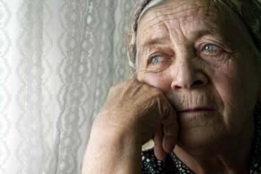 La solitude chez une femme âgée.