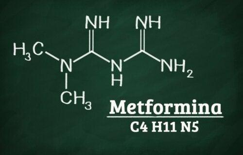 La structure chimique de la metformine, principe actif du Qtrilmet.