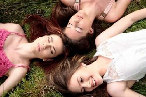 Synchronisation menstruelle : les règles des femmes qui vivent ensemble se synchronisent-elles ?