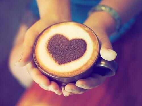 Quelle relation existe-t-il entre le café et les crises cardiaques ?