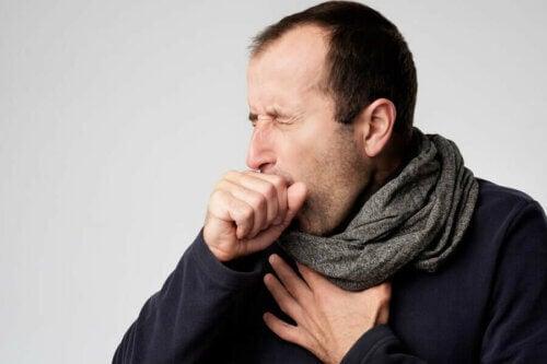 La pneumonie atypique se caractérise par une toux sèche.