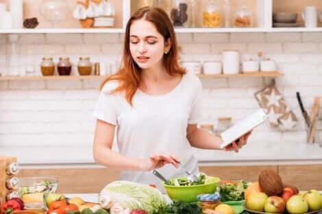Une femme tentant d'avoir une alimentation saine en été.