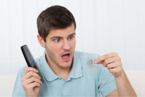 La chute de cheveux chez un homme suivant le régime keto.
