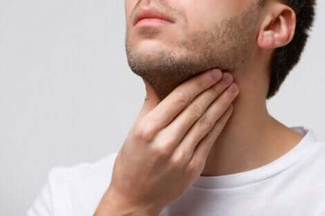 Un homme avec les cordes vocales enflammées.