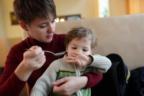 Une mère tentant de nourrir son enfant autiste.