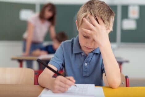 La migraine chez les enfants peut être un problème à l'école.