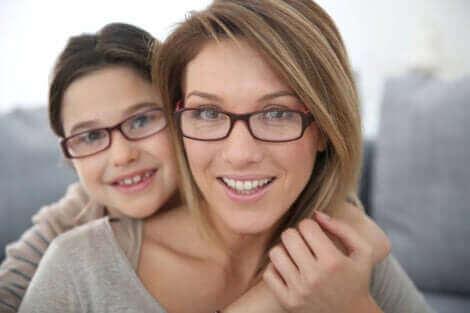 L'astigmatisme chez une mère et sa fille.