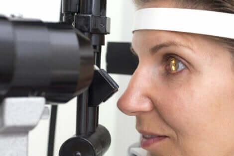 L'examen de l'œil d'une femme qui souffre de rétinite pigmentaire.