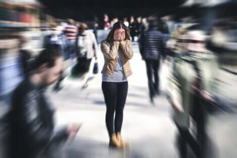 Une femme qui a peur de la foule.