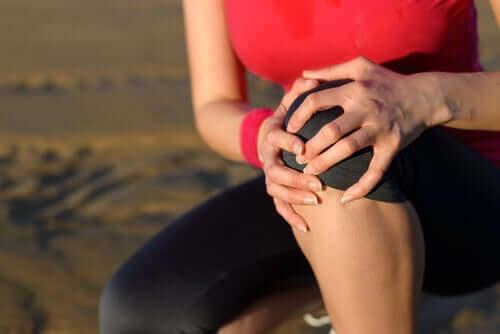 Une femme ayant mal au genou.