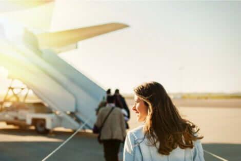 Une femme qui s'apprête à monter dans un avion.