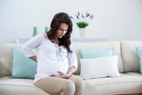 Une femme enceinte avec des douleurs.