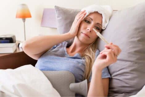 Une femme souffrant de la septicémie à méningocoque qui prend sa température.