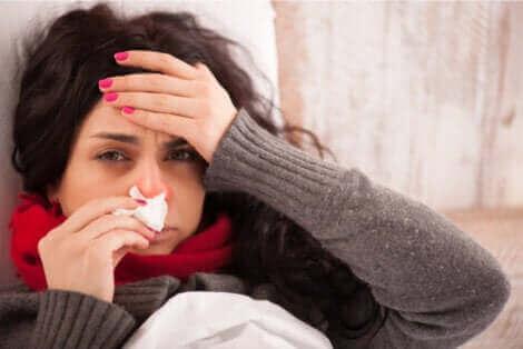 Une femme grippé qui ressent de la douleur corporelle.