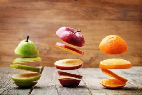 Trois fruits coupés.