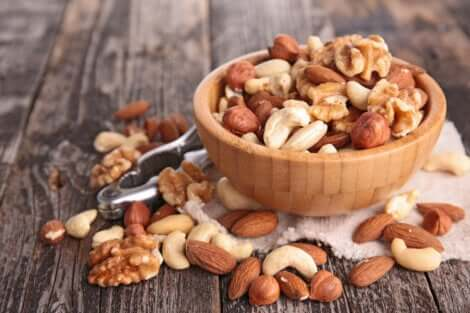 Les fruits secs contiennent de l'acide linoléique.