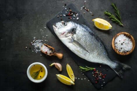 Parmi les aliments interdits pendant la grossesse figure le poisson cru.