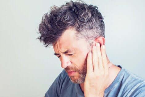 Un homme souffrant d'une douleur à l'oreille.