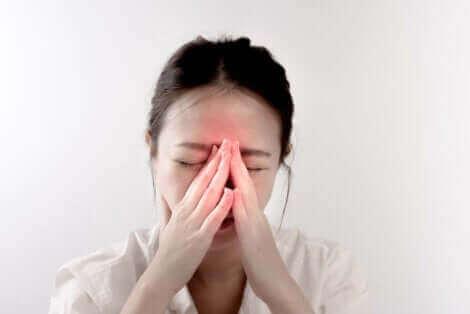 Une femme ayant mal aux sinus.